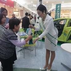 イオンモール綾川にて香川トヨペット車両展示会にお越しのお客様に花の苗木をプレゼント